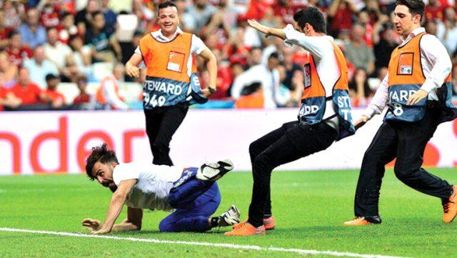 Maç sırasında sahaya atlayan YouTuber Ve 3 arkadaşına dava açıldı